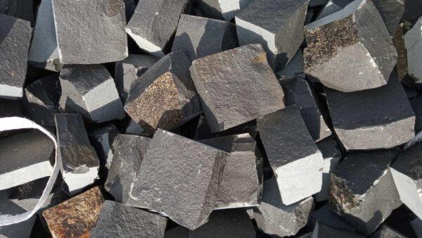 Множество чёрных брусчатых камней из базальта 10х10х5