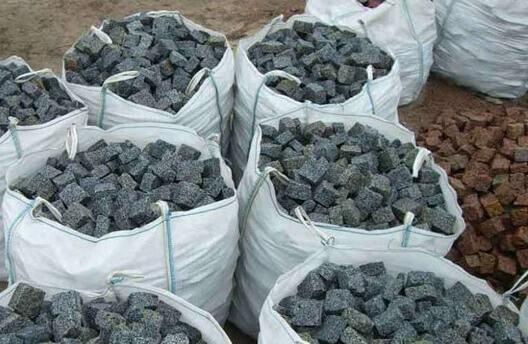 Множество серой, упакованной в биг-беги, брусчатки из гранита Grey Ukraine 20×10×10