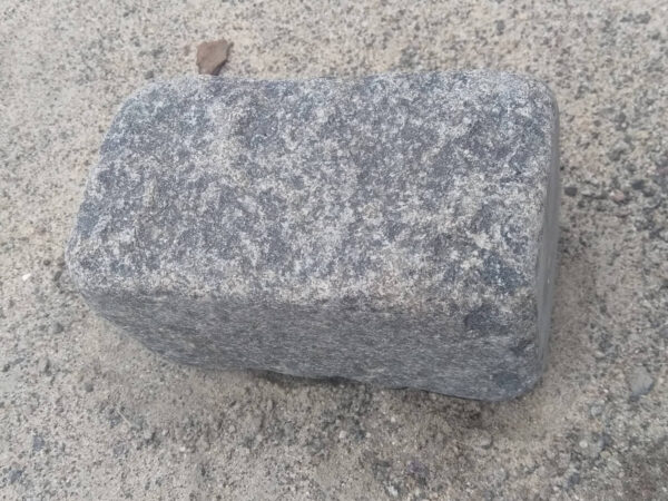 Галтованная пилено-колотая брусчатка Габбро 20х10х10 см (1 камень)